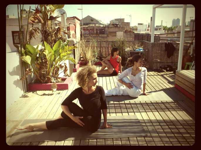 Clase en grupo de SwáSthya Yoga en Barcelona